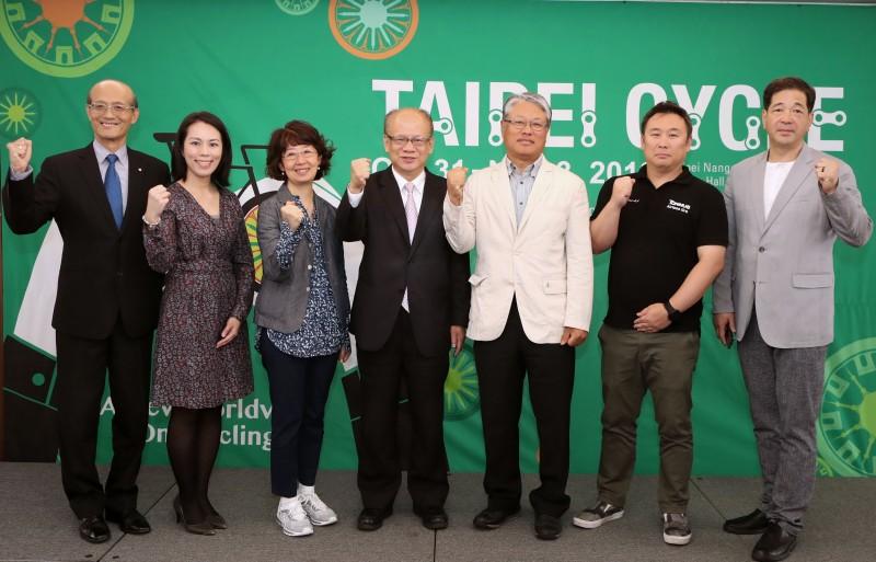台北國際自行車展巡迴記者會今(8)日於韓國場於首爾樂天飯店舉行,台灣自行車輸出業同業公會秘書長張蕙娟(左三)、外貿協會首爾台貿中心主任曾棟鐘(左四)出席為2018自行車展打氣。