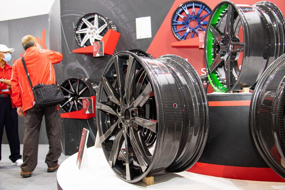 (圖2)AMPA持續參展之廠商「順譽(波力環球)」於展場攤位所展示的碳纖維複材汽車輪圈,將於今年4月AMPA展中再度亮相。